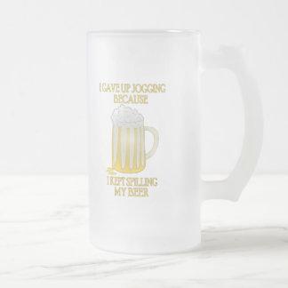 El activar de la cerveza taza de café