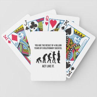 El acto tiene gusto de él baraja cartas de poker
