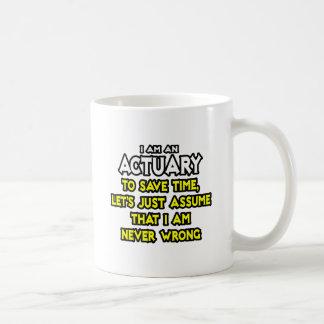 El actuario… asume que nunca soy incorrecto taza