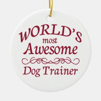 El adiestrador de perros más impresionante del adorno navideño redondo de cerámica