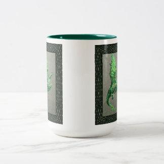 El adorno céltico a ambos lados de la taza