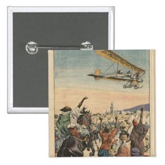 """El aeroplano del """"diario pequeno"""" que vuela encima pin cuadrado"""