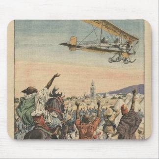 """El aeroplano del """"diario pequeno"""" que vuela encima tapete de ratones"""