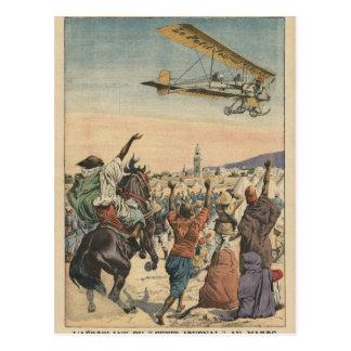 """El aeroplano del """"diario pequeno"""" que vuela encima tarjeta postal"""