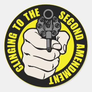 El aferrarse en la segunda enmienda pegatina redonda