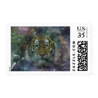 El agacharse salvaje del tigre de los ojos hermoso timbres postales