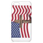 El agitar americano de la bandera y cruz rugosa