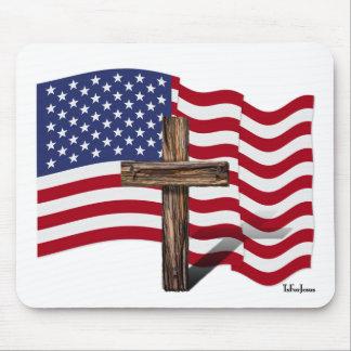 El agitar americano de la bandera y cruz rugosa alfombrillas de ratones
