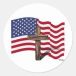 El agitar americano de la bandera y cruz rugosa etiqueta redonda