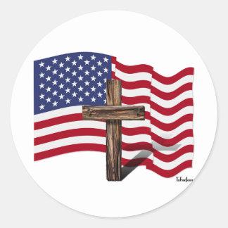 El agitar americano de la bandera y cruz rugosa pegatina redonda