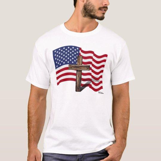El agitar americano de la bandera y cruz rugosa playera