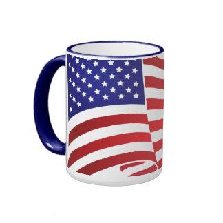 El agitar de la bandera de los E.E.U.U. Taza