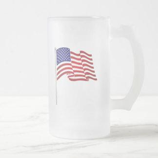 El agitar de la bandera de los E.E.U.U. Tazas De Café