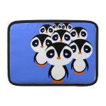 El agrupar de la familia del pingüino del dibujo a funda  MacBook