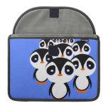 El agrupar de la familia del pingüino del dibujo a funda para macbooks