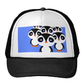 El agrupar de la familia del pingüino del dibujo a gorras