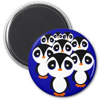 El agrupar de la familia del pingüino del dibujo a imán redondo 5 cm
