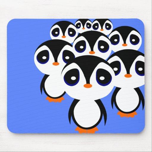 El agrupar de la familia del pingüino del dibujo a tapetes de ratón