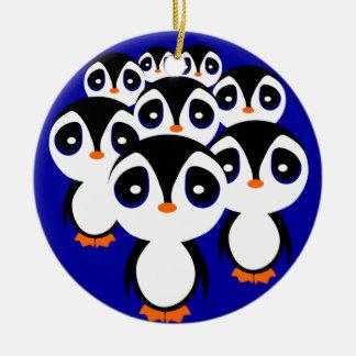 El agrupar de la familia del pingüino del dibujo adorno navideño redondo de cerámica