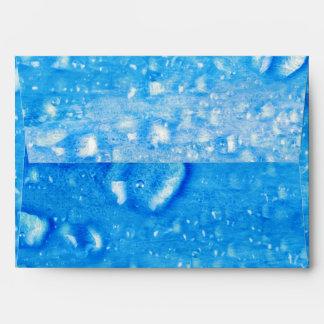 El agua azul cae el sobre