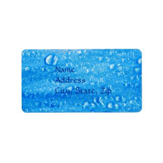 El agua azul cae la etiqueta de dirección