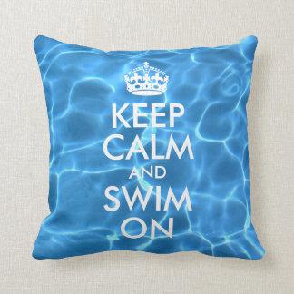 El agua azul de la piscina guarda calma y nada almohadas
