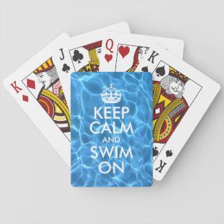 El agua azul de la piscina guarda calma y nada barajas de cartas