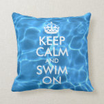 El agua azul de la piscina guarda calma y nada enc almohadas