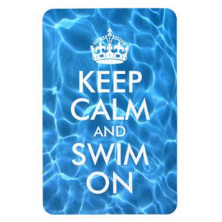 El agua azul de la piscina guarda calma y nada iman de vinilo