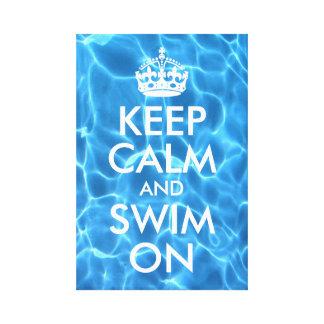 El agua azul de la piscina guarda calma y nada impresión en lienzo estirada
