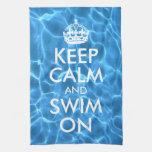El agua azul de la piscina guarda calma y nada toallas de cocina