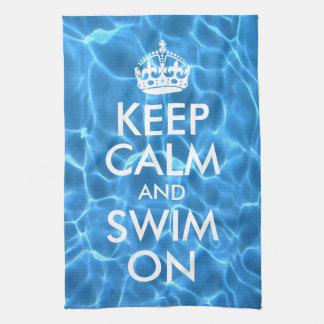 El agua azul de la piscina guarda calma y nada toallas