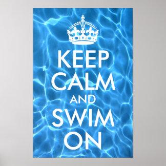 El agua azul de la piscina guarda calma y nada póster