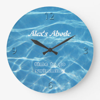 El agua azul de la piscina numera al nadador fresc reloj