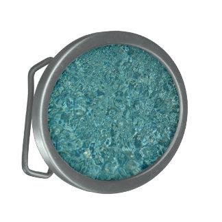 El agua azul ondula la hebilla del cinturón de las hebillas cinturon
