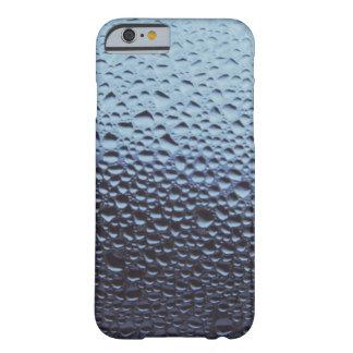 El agua cae las gotas de agua en la ventana de funda de iPhone 6 barely there