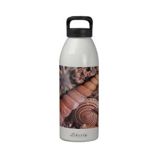 El agua de la naturaleza clasificada descasca la p botella de agua