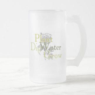 El agua de la planta del empuje crece la taza
