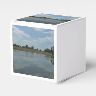 El agua del lago refleja las nubes blancas cajas para regalos de fiestas