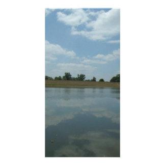 El agua del lago refleja las nubes blancas tarjetas fotograficas personalizadas