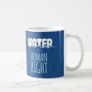 El agua es un derecho humano taza de café