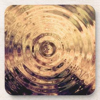 El agua hipnótica ondula los prácticos de costa de posavasos de bebidas
