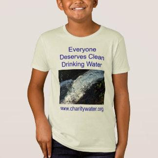 El agua potable embroma la camisa