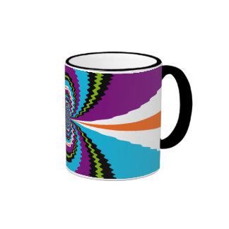 El agua púrpura enrrollada del trullo ondula el mo taza de café