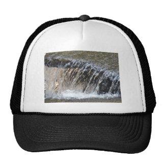 El agua que cae, refresca la corriente del gris az gorros bordados