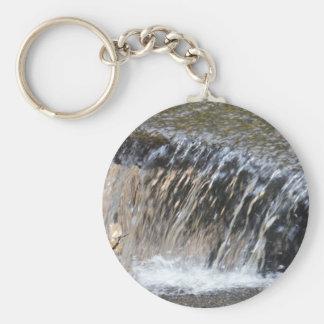 El agua que cae, refresca la corriente del gris llavero redondo tipo pin