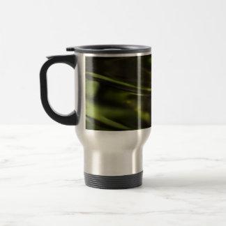 El agua verde ondula la taza