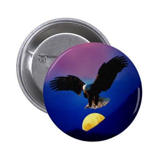 El águila calva desciende sobre la luna pin redondo 5 cm