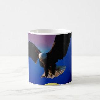 El águila calva desciende sobre la luna taza de café