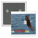 El águila calva y Ketchikan firman encima el agua Pins